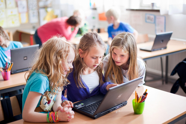 Девочки с компьютером