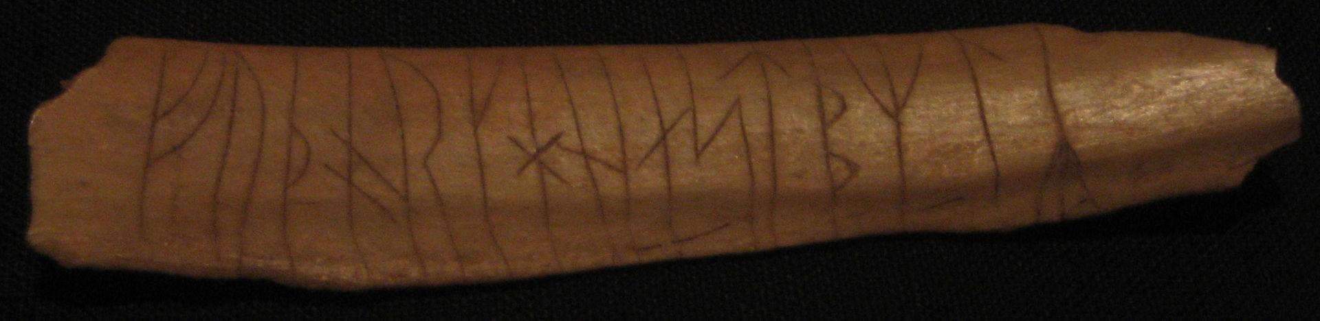Футарк викингов, вырезанный на кости